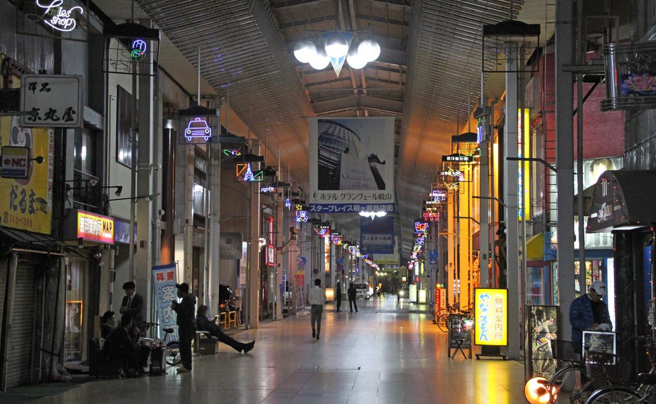 夜の街・西柳ケ瀬。通行人の姿も少ない。