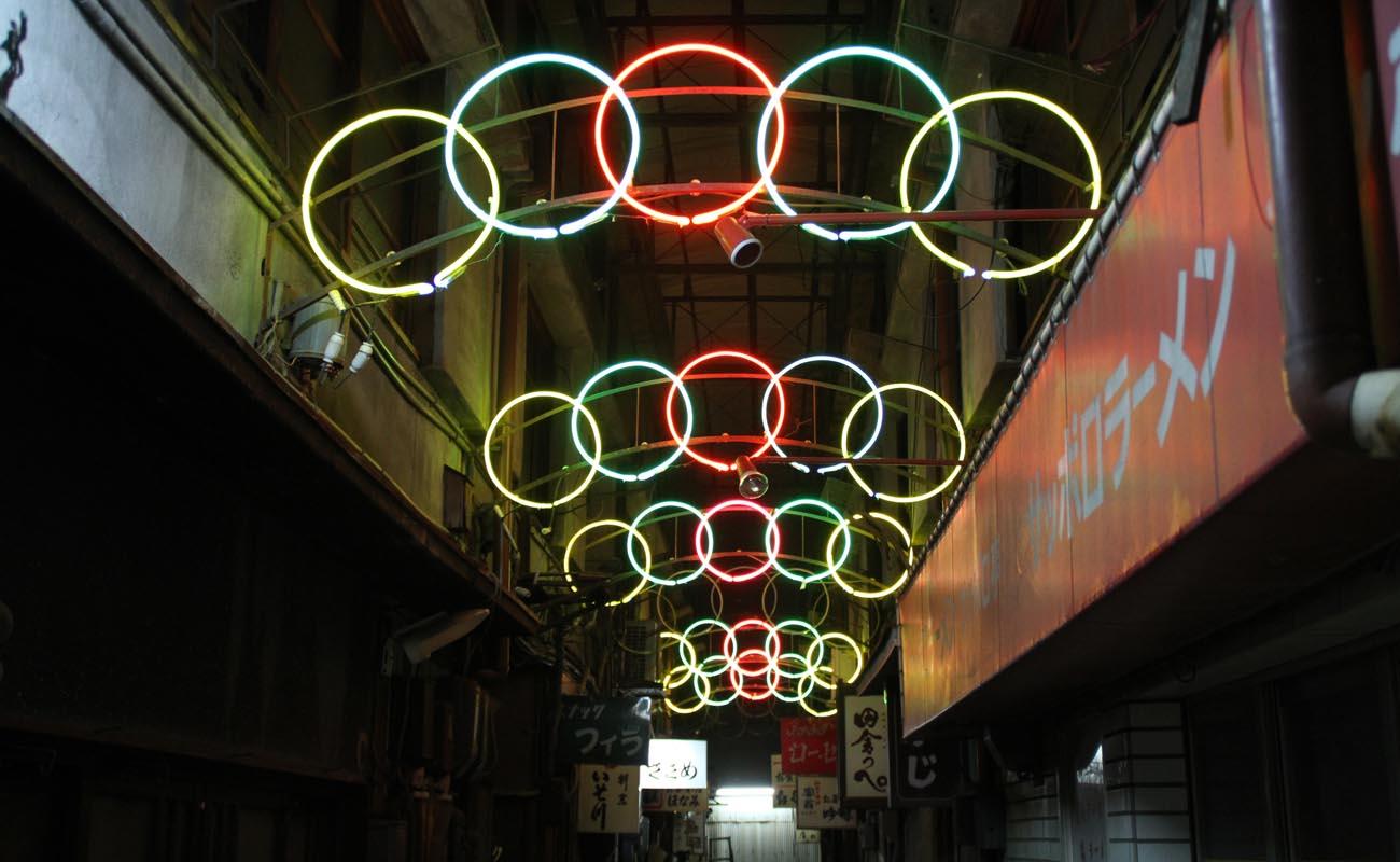 丸川センターの頭上を彩る、今から54年前に作られた五輪のネオン。