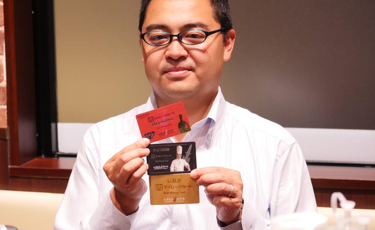 ▲カードを見せびらかす多田さん。お子さんも「150gくらいならペロリ」らしい