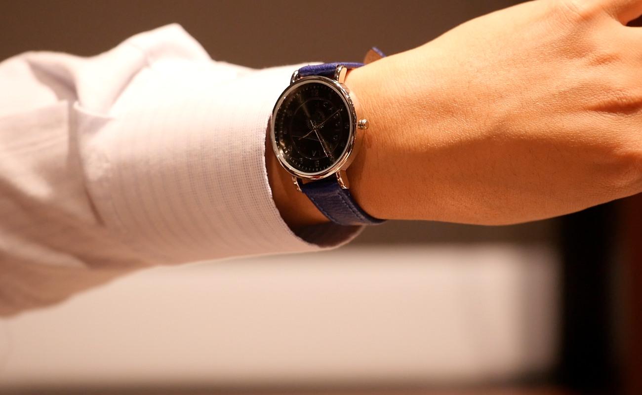▲ネットで買った寝台特急カシオペアの腕時計を見せつける多田さん