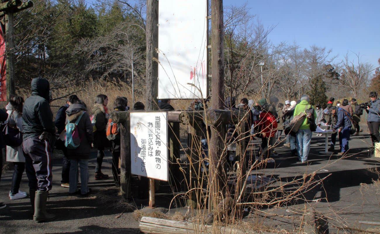 ▲見学会では、廃墟の遊園地に行列ができた。