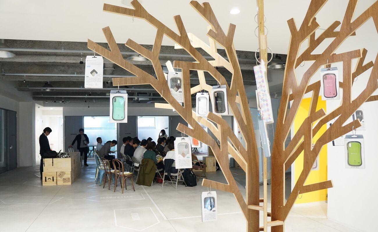 ▲Hameeの小田原本社の入り口には木が……