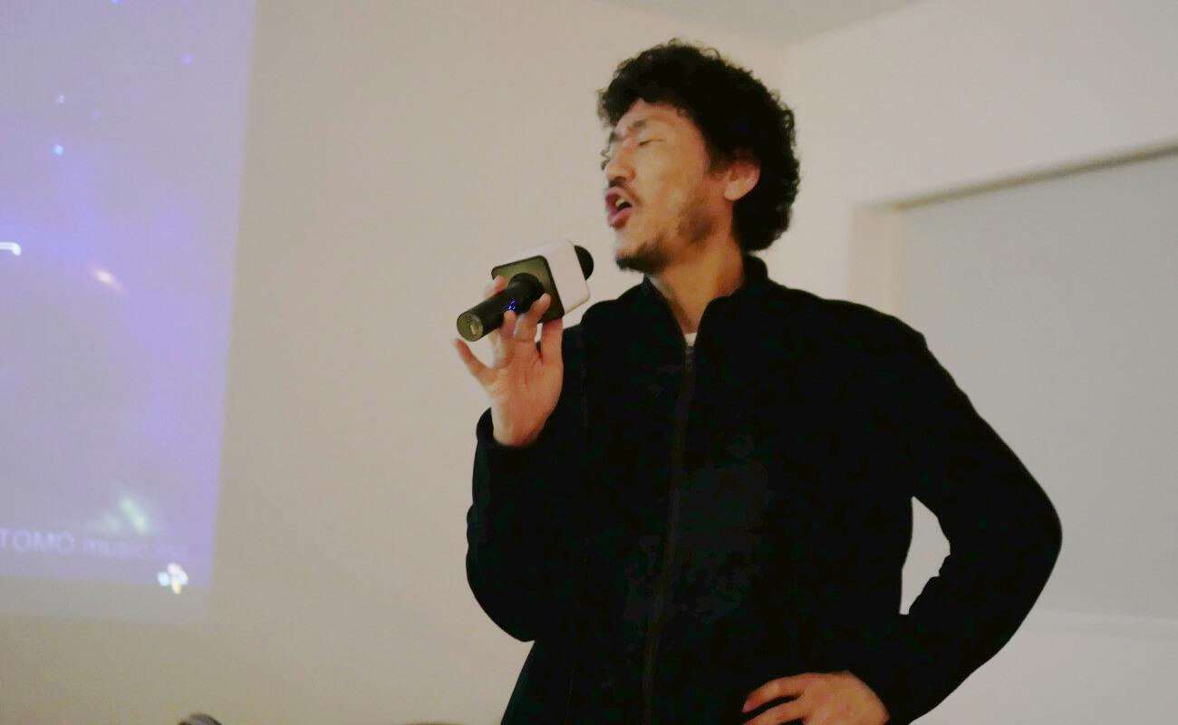 ▲90年代J-POPをしっとりと歌い上げる松岡氏