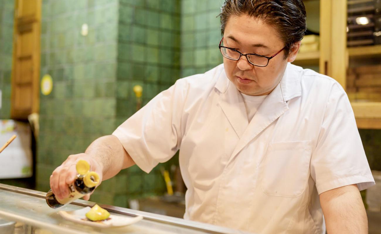 アボカドに醤油をかける寿司職人